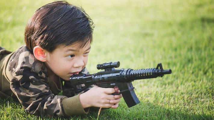 chłopczyka z bronią