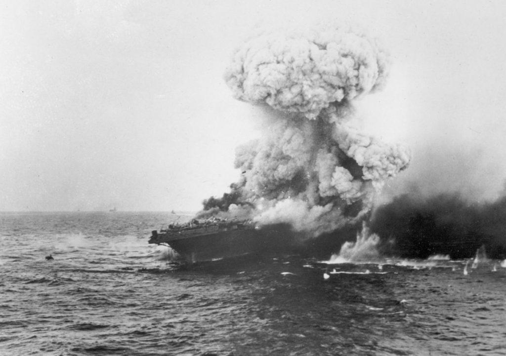USS Lexington płonie