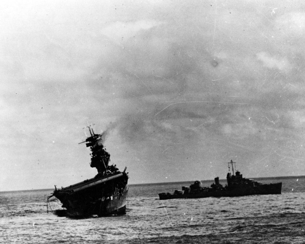 USS Yorktown tonie pod Midway
