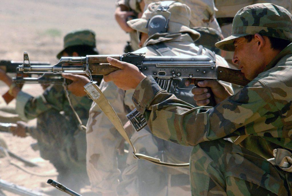 Afgańscy rekruci strzelają z AK