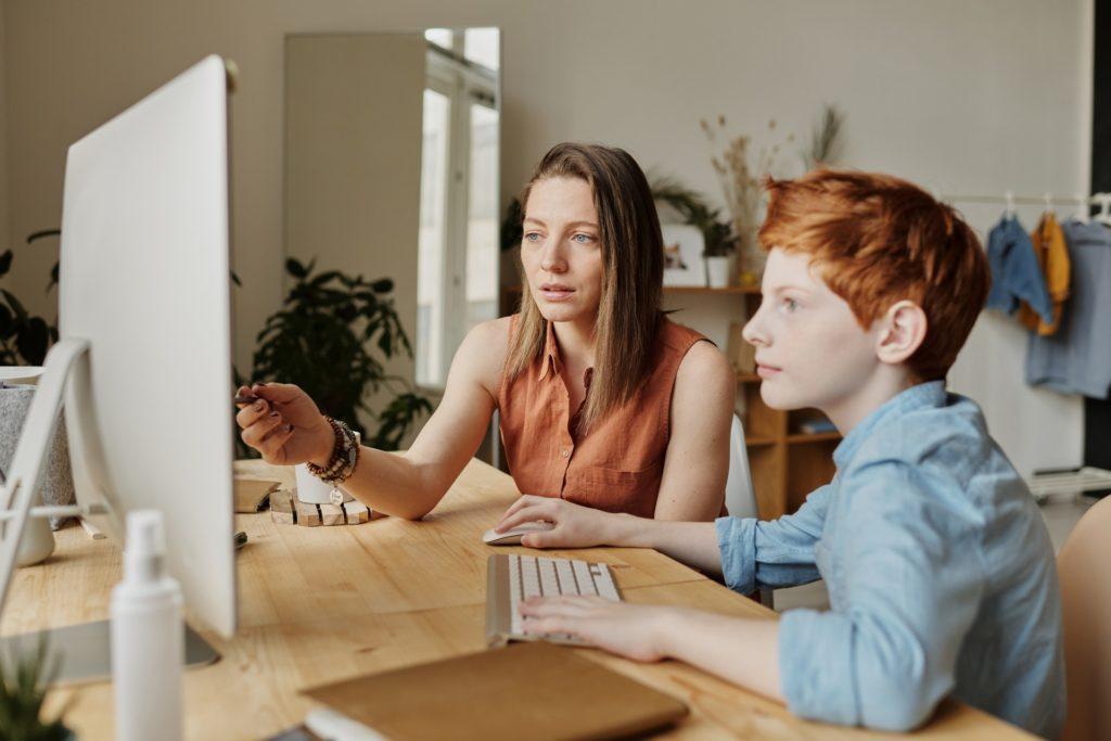 Mama z dzieckiem przy komputerze