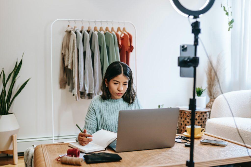 dziewczyna siedzi przy laptopie