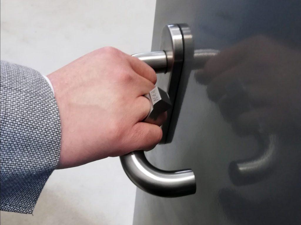 inteligentny pierścionek IGCV otwieanie drzwi