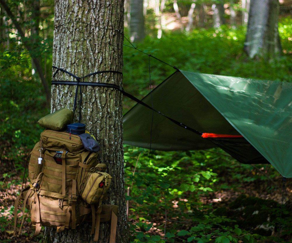 bushcraftowy obóz w lesie