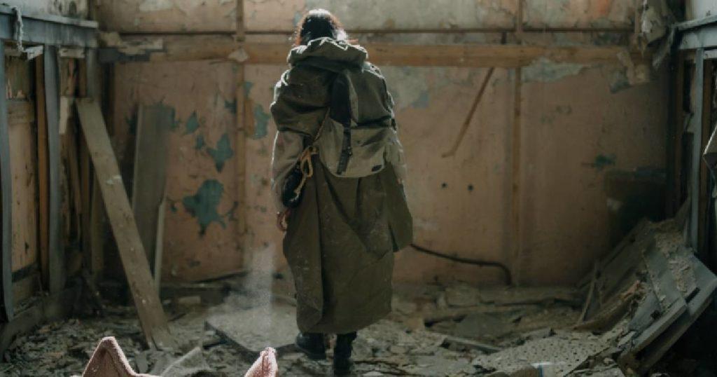 człowiek w ruinach