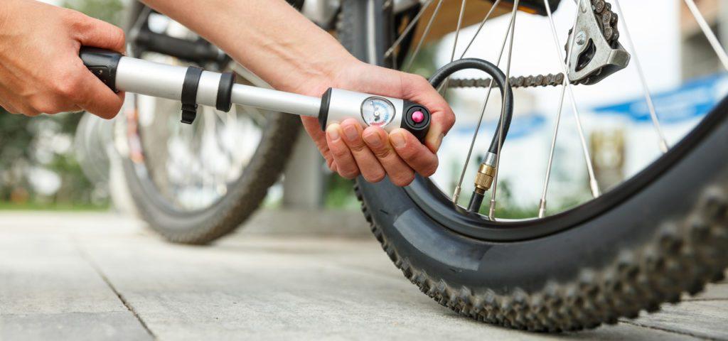 pompowanie kół w rowerze