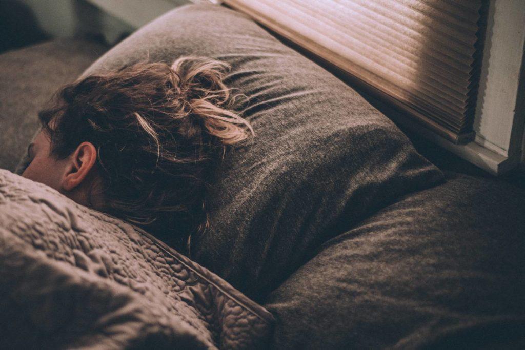 wpływ trybu nocnego na sen