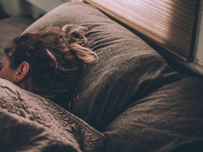 Naukowcy doszli do wniosku, że tryb nocny jednak nie poprawia jakości snu
