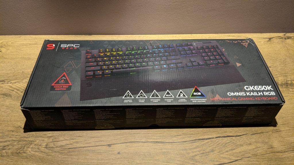 opakowanie klawiatury SPC gear GK650K na biurku
