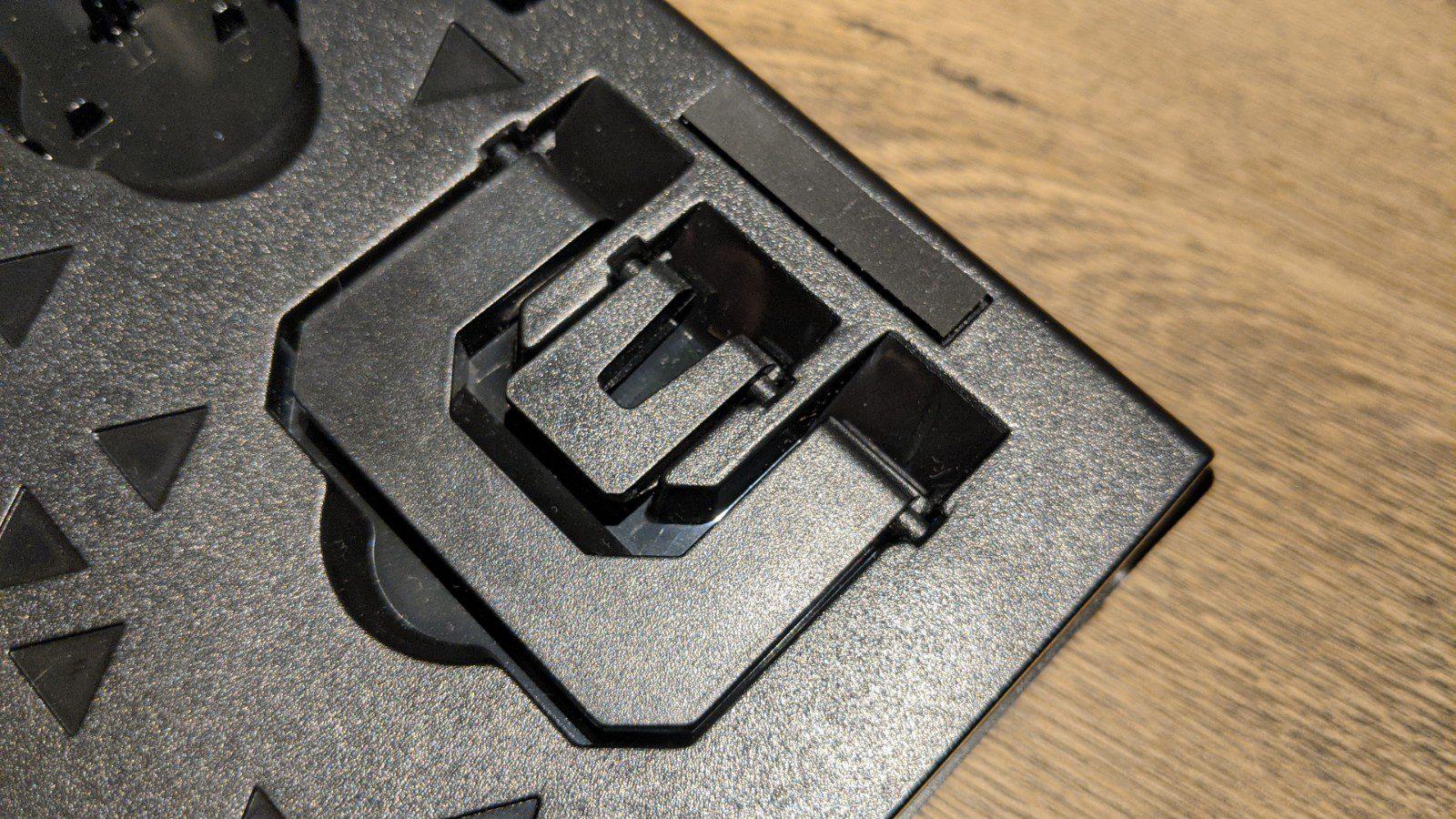 zbliżenie na schowane stopki klawiatury SPC gear GK650K