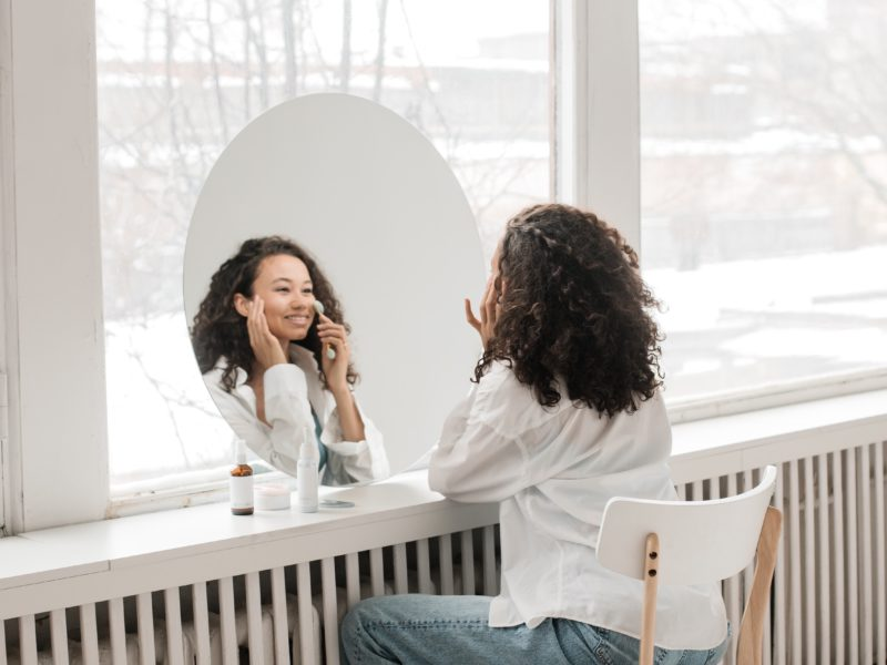 Domowa kosmetyczka – w co ją wyposażyć, by zyskać piękną skórę? Poznaj najlepsze urządzenia kosmetyczne
