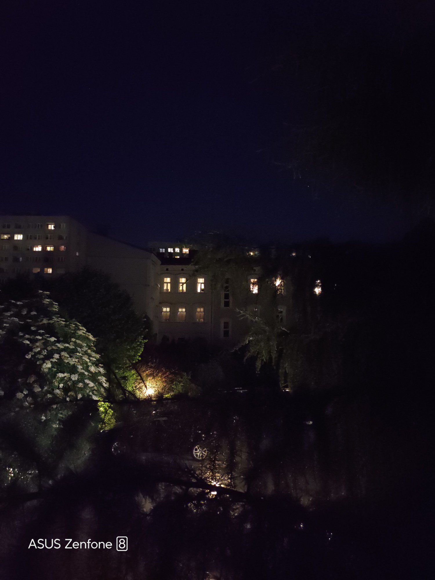Podwórko nocą aparatem 64 Mpix