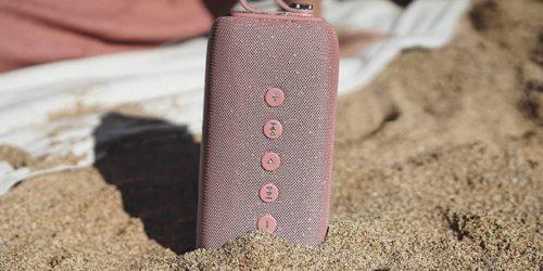 Jakie przenośne audio sprawdzi się w obliczu wody i piachu? Wybieramy najlepszy głośnik Bluetooth na plażę