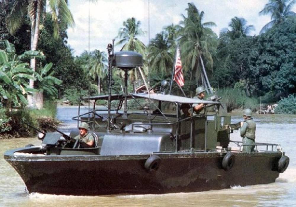 łódź na rzece