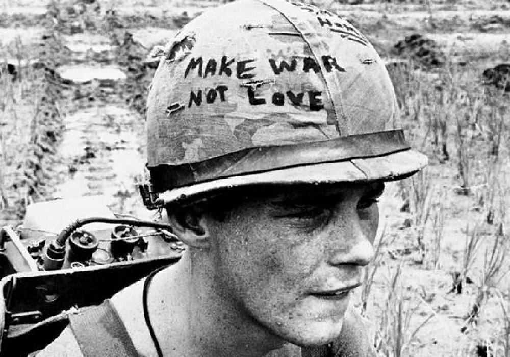 żołnierz w hełmie