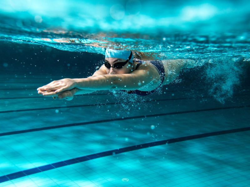Smartwatch do pływania. Który zegarek sprawdzi się najlepiej podczas treningu w wodzie?