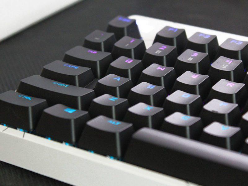 Recenzja klawiatury Logitech G PRO K/DA – turniejówka świecąca przykładem w nowej wersji