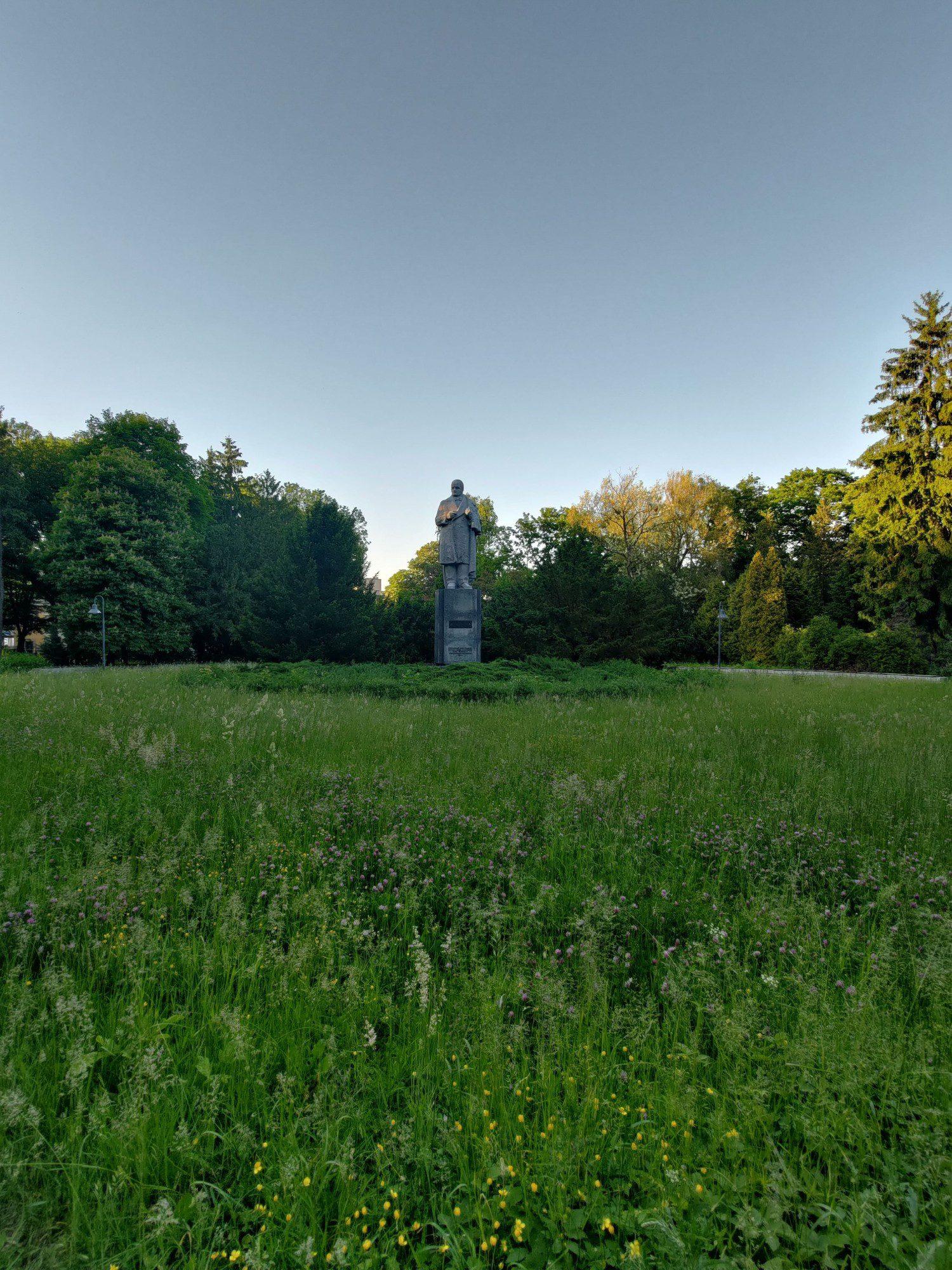 Zdjęcie szerokokątne pomnika aparatem zenfone 8
