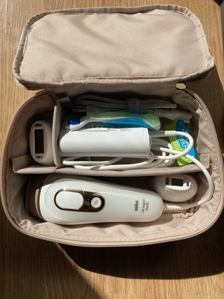 wnętrze kosmetyczki depilatora Braun Silk-expert Pro 5 i akcesoria
