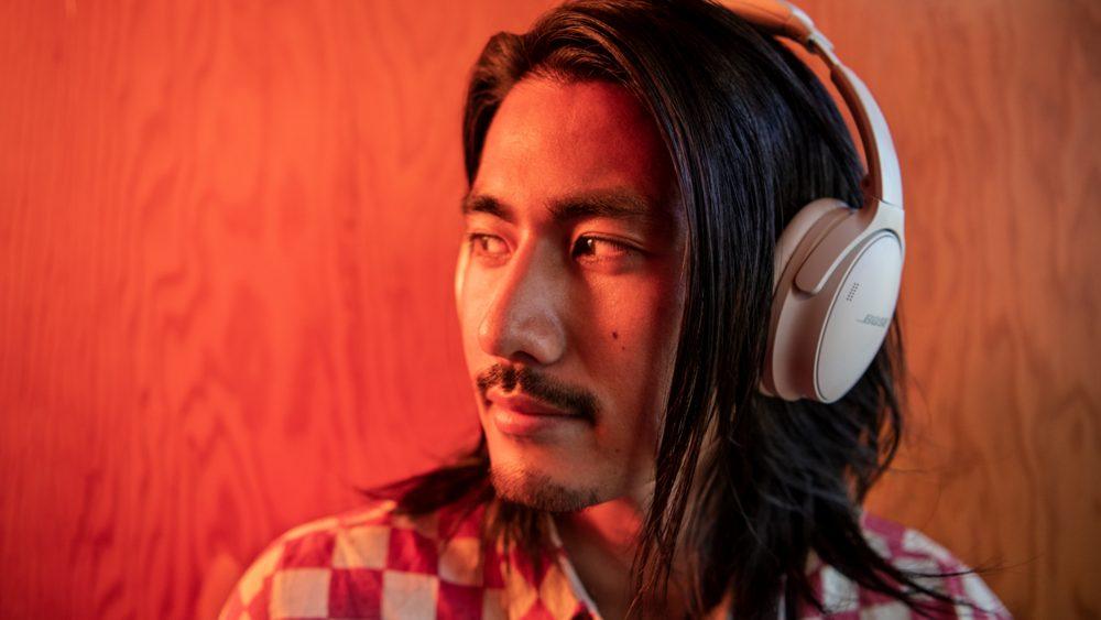 mężczyzna w słuchawkach Bose QuietComfort 45