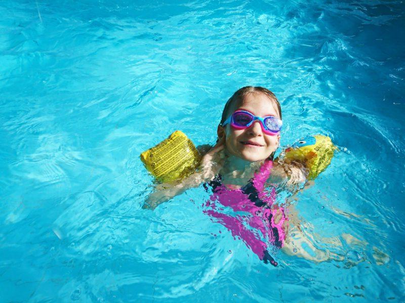 Bezpieczna zabawa w basenie ogrodowym – na co zwrócić uwagę podczas zabawy w wodzie?