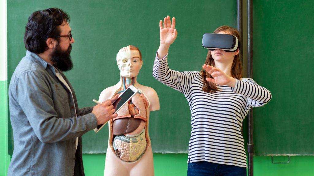 dziewczynjka okulary VR zdaje egzamin
