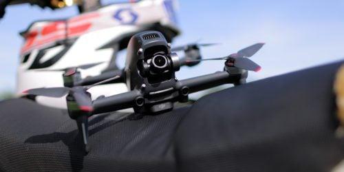 """Szybki, szybszy, DJI FPV. Recenzja drona FPV dla tych, którzy chcieliby """"liznąć"""" temat, ale trochę się boją"""