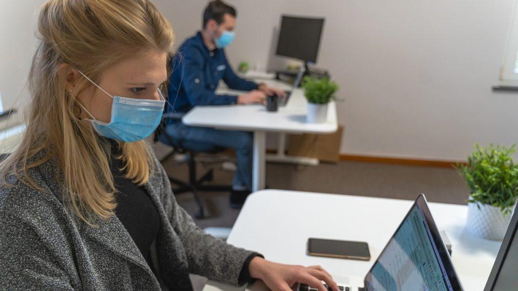 kobieta mężczyzna w biurze w maskach