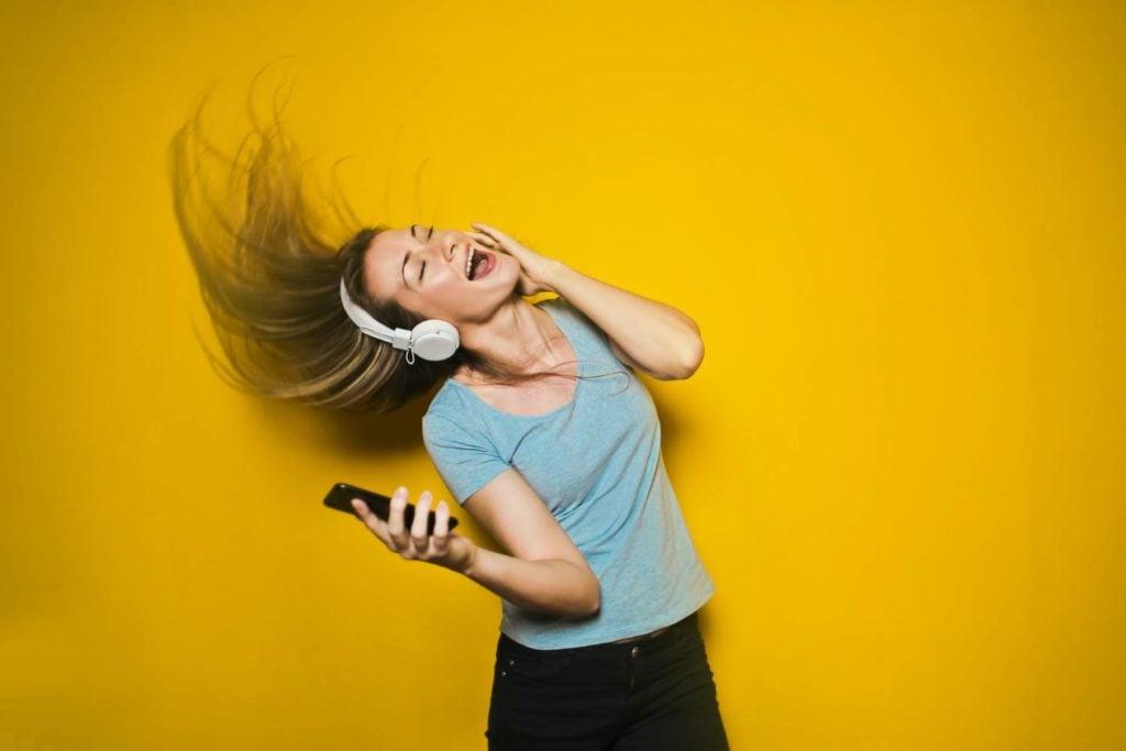 kobieta słuchająca myzyki
