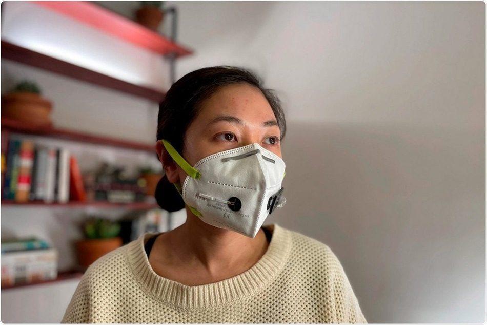 maska wykrywa Covid noszona przez kobietę