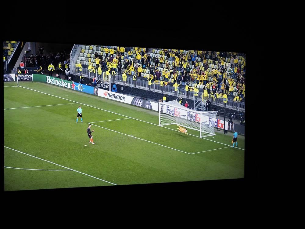 mecz piłki nożnej na ekranie samsunga qe55q80aa