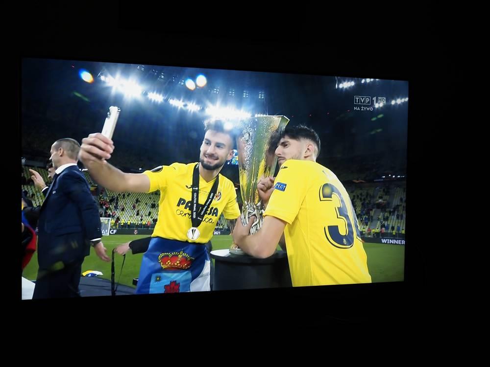 piłkarze villarealu świętują trofeum