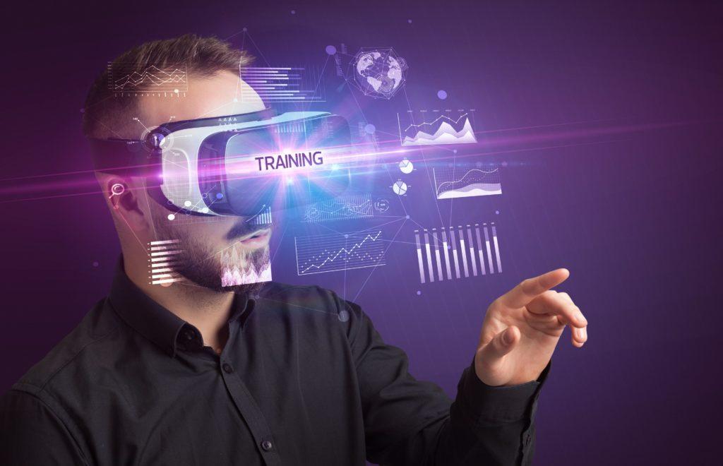 mężczyzna gogle VR szkolenie