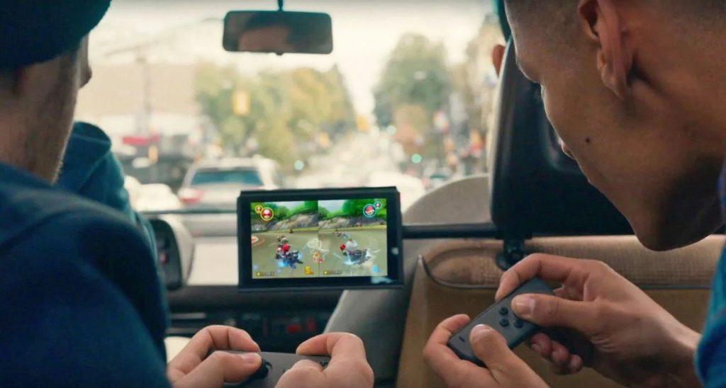 granie na konsoli nintendo switch podczas podróży samochodem