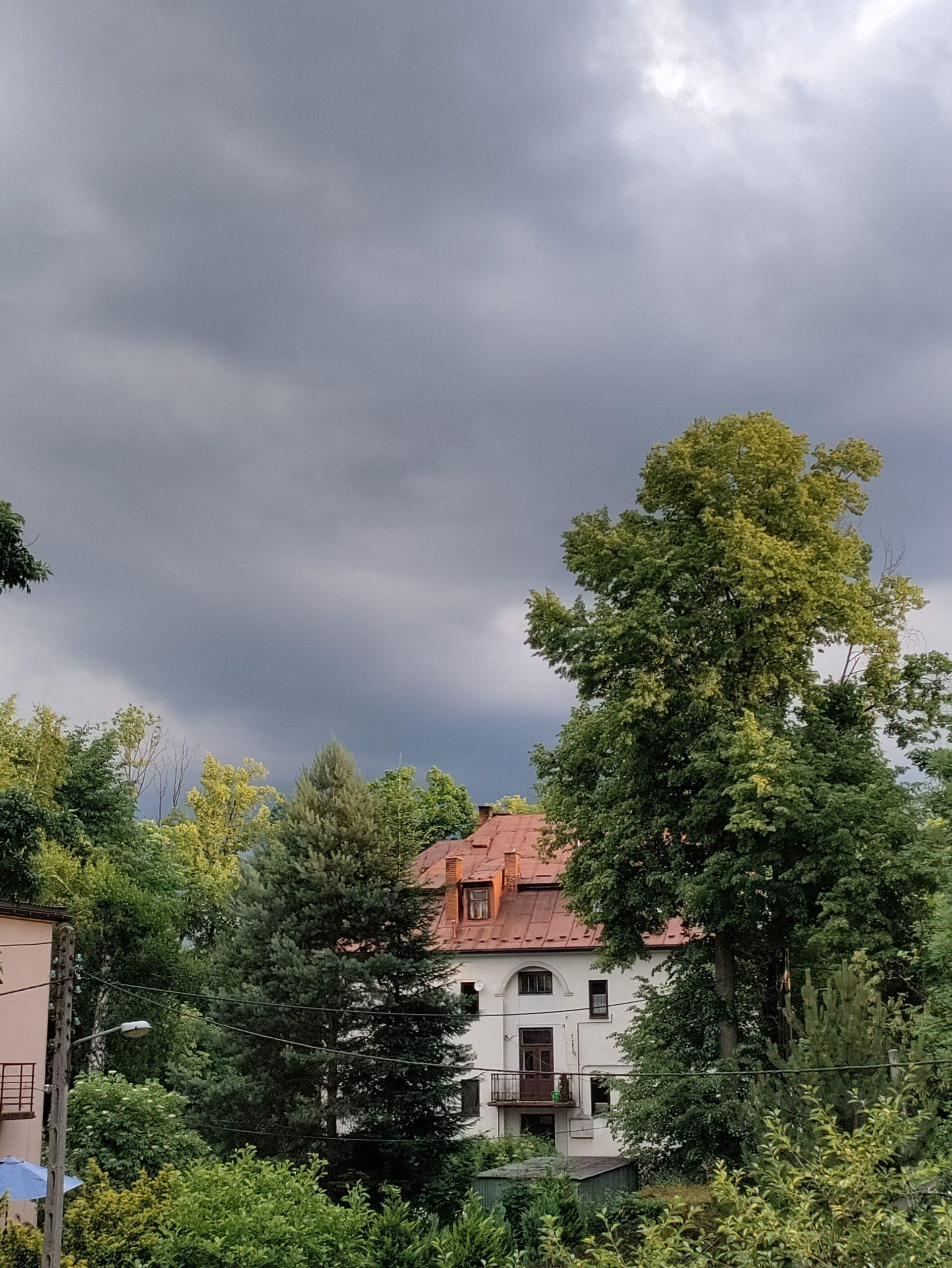 Nord CE 5G ciemne niebo