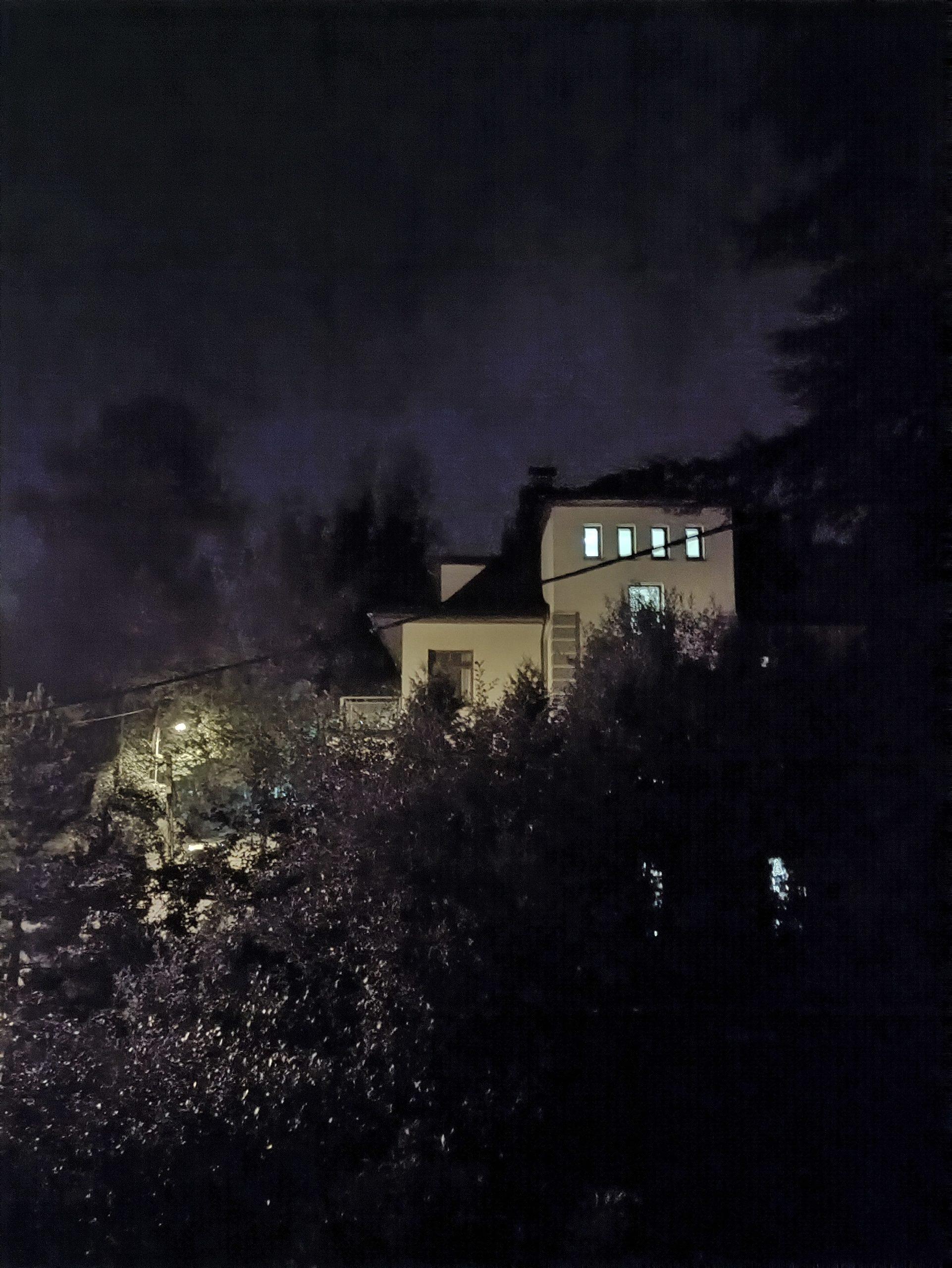 Nord CE 5G noc z trybem budynek