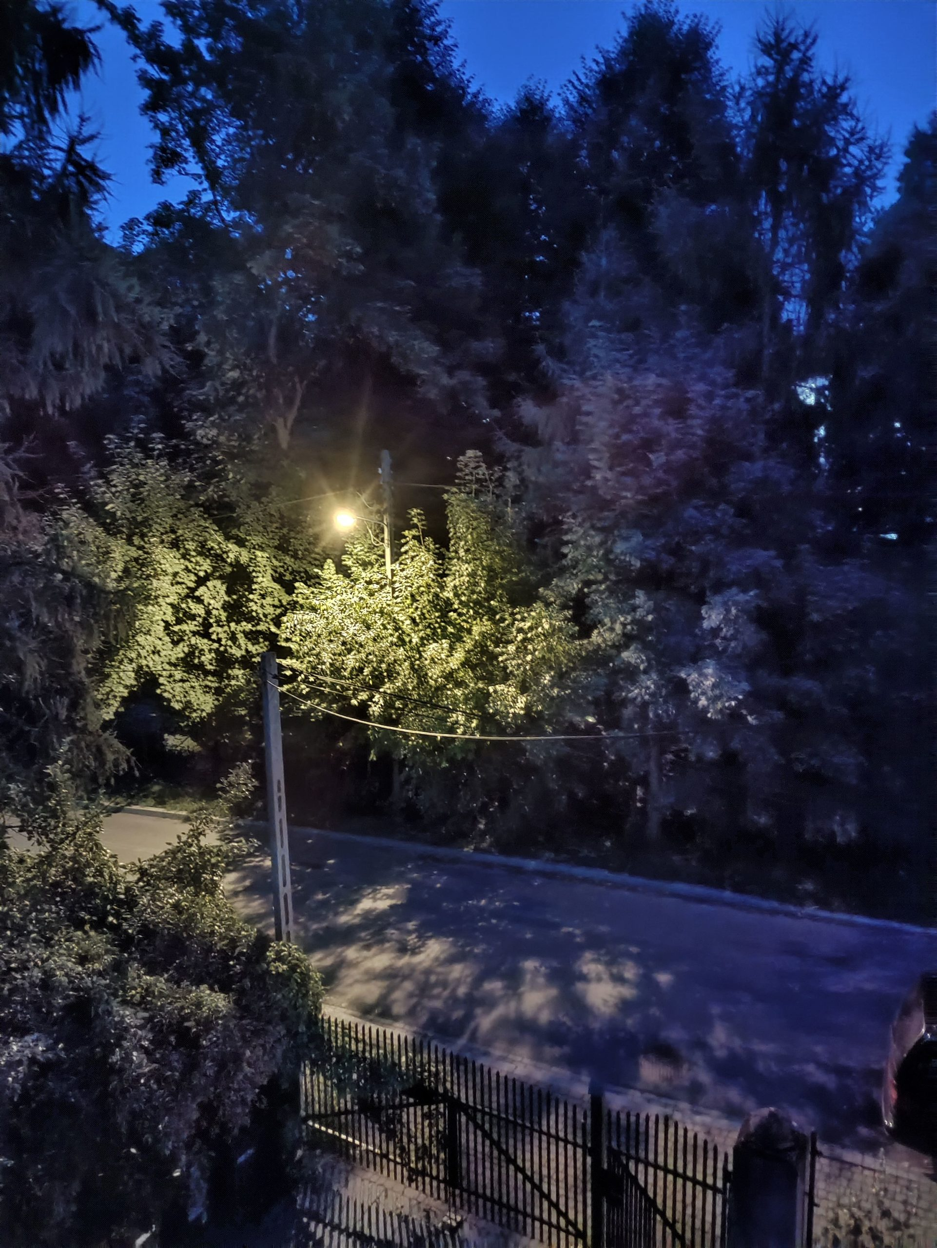 Nord CE 5G noc z trybem ulica o zmroku
