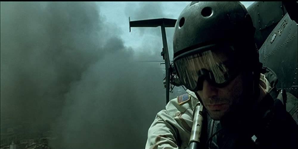 żołnierz w helikopterze