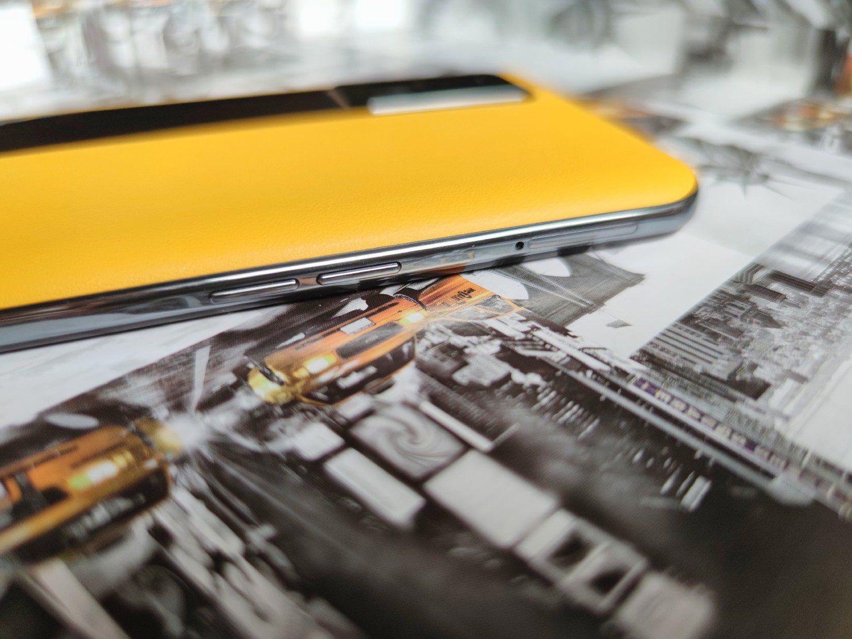przyciski głośności i slot SIM realme gt 5g