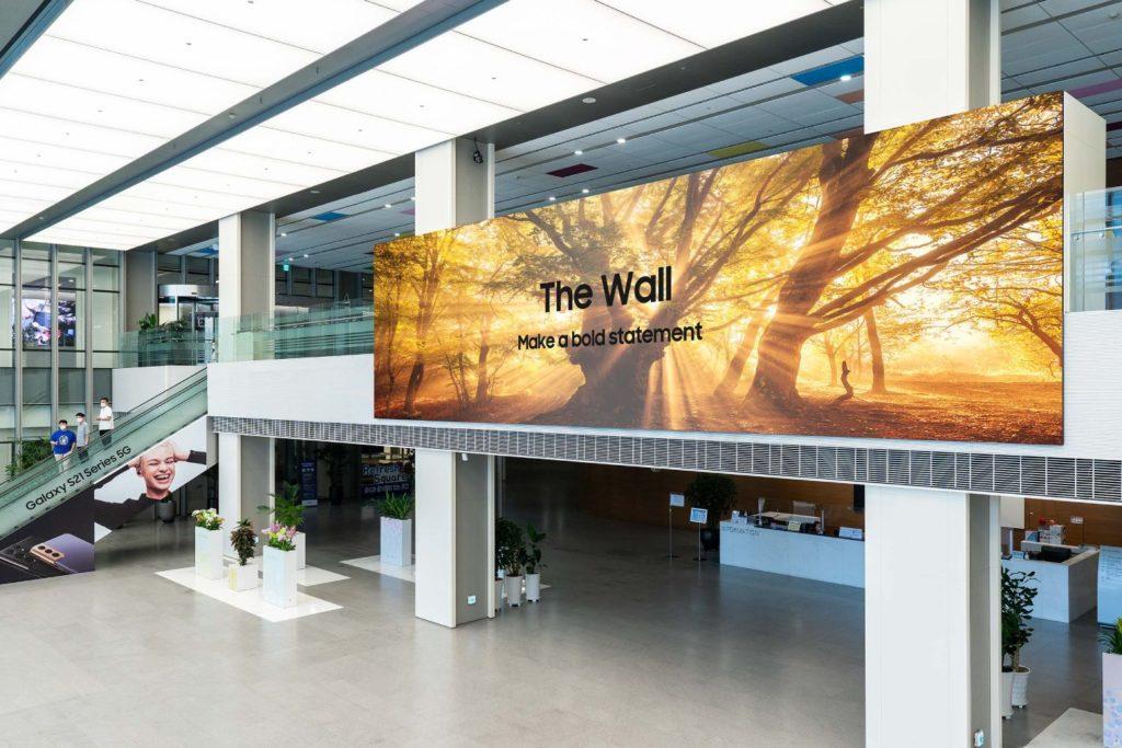 Samsung The Wall 2021 z profilu