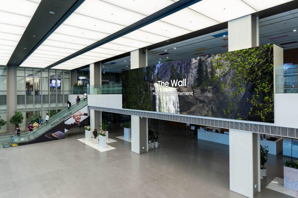Samsung The Wall 2021 na ścianie