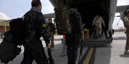 Ewakuacja Kabulu z problemami. Amerykanie wysyłają wojsko