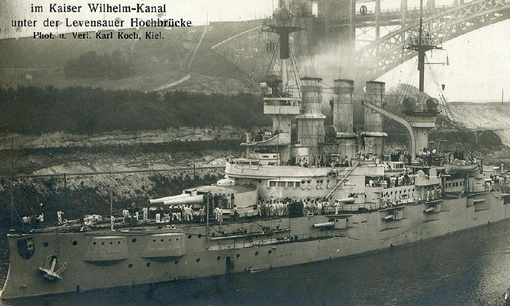 okręt przepływa pod mostem
