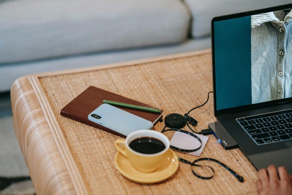 Kabel USB na biurku