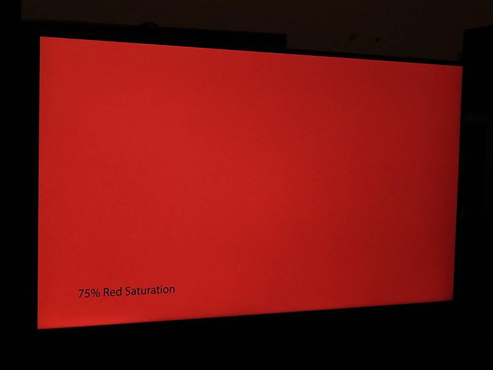 plansza nasyconej w 75% czerwieni widziana pod kątem - samsung 43au8002