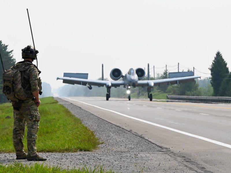Lądowanie na drodze. Amerykanie ćwiczą nową starą wojnę?