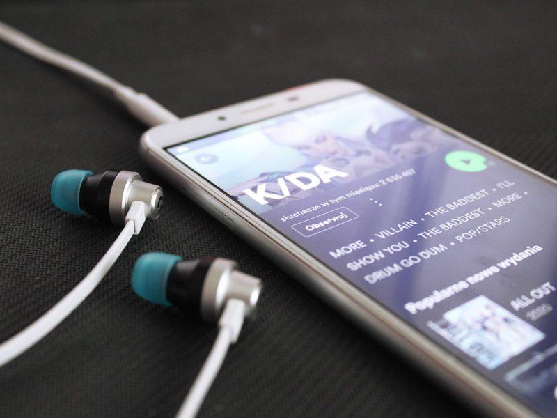 Recenzja Logitech G333 K/DA – słuchawki dokanałowe i do gry