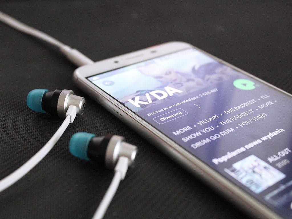 odtwarzanie muzyki z użyciem słuchawek logitech g333 k/da