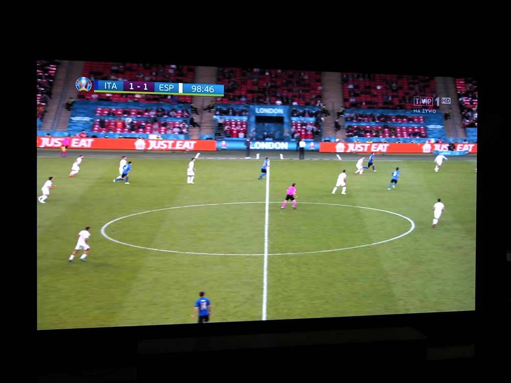 mecz piłki nożnej na ekranie telewizora lg oled55b1