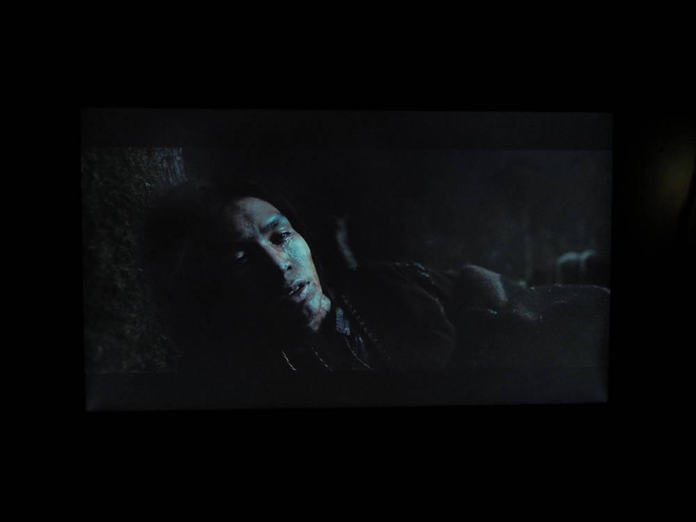 twarz mężczyzny na ciemnym tle